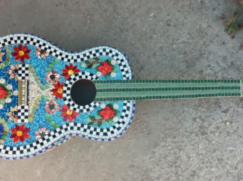 פסיפס שלוב חומרים -גיטרה של דנה