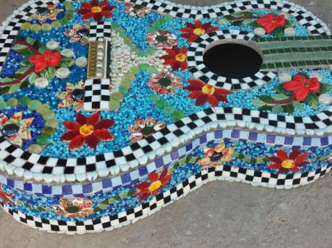 פסיפס בשילוב חומרים-גיטרה של דנה